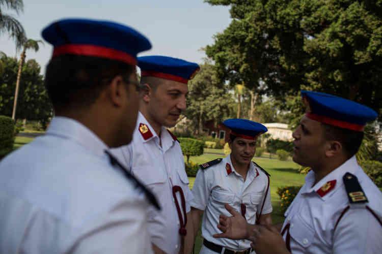 Des officiers de police, dans le palais de Qubbah, au Caire, dimanche 17 avril.