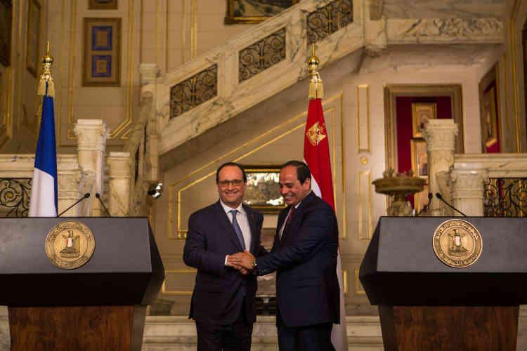 Poignée de main entre François Hollande et son homologue égyptien, Fattah Albel Al-Sissi, dans le palais de Qubbah, au Caire, lors de la conférence de presse.