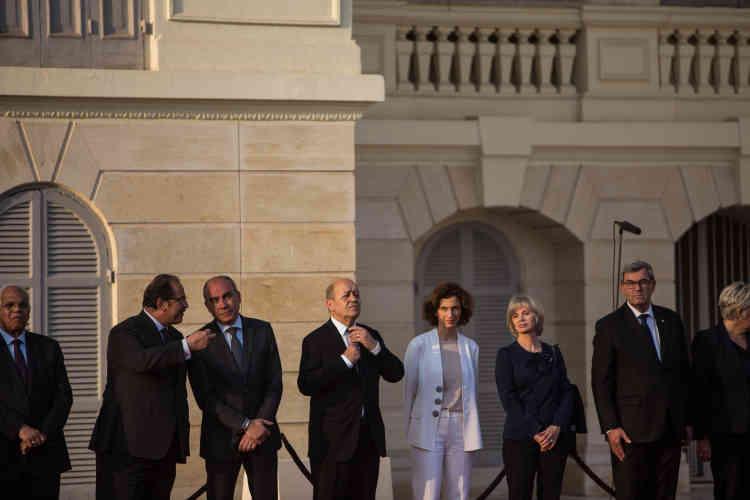 Le ministre de la défense, Jean-Yves Le Drian, remet sa cravate. A ses côtés, la ministre de la culture, Audrey Azoulay, et Elisabeth Guigou, députée de Seine-Saint-Denis, auCaire, dimanche 17 avril.