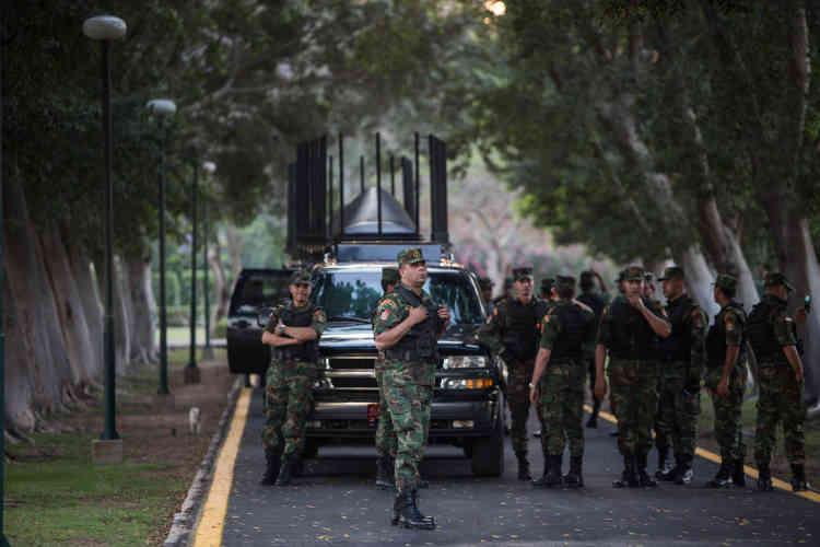Dimanche 17 avril, dans une allée du palais de Qubbah, au Caire, des militaires sont postés devant une voiture équipée d'un brouilleur d'ondes.