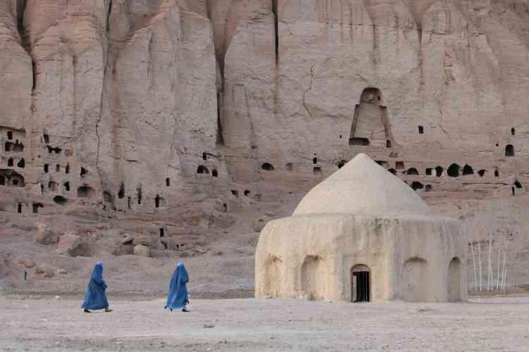 Site archéologique complexe et d'une immense richesse, Bamiyan ne se réduit pas à ses deux bouddhas géants taillés dans le grès. C'était aussi une ville, construite au pied de la falaise, avec ses bâtiments, ses stupas, ses mausolées. Avant les talibans, le temps et le climat ont largement détruit ces architectures, mais quelques-unes ont, miraculeusement, survécu.