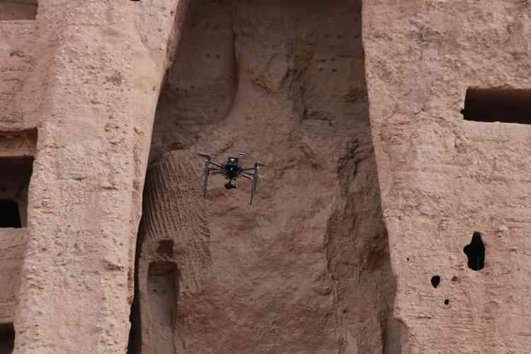 Des centaines de mines avaient été placées contre les statues pour les faire exploser. Elles sont  tombées mais il en reste les fantômes. Ce qui fait dire à Pascal Convert : « Si les talibans ont cru détruire ces statues géantes, il en reste l'ombre portée. Il en reste la trace, une empreinte massive. Leur absence même rend ces traces plus présentes. »