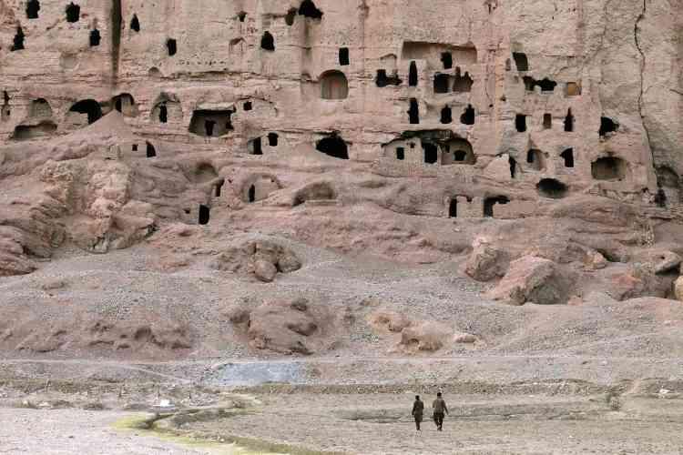 Si les deux bouddhas géants sont bien connus, on s'est moins inquiété des centaines de grottes creusées dans la falaise et dans lesquelles moines et ermites ont vécu. Il y en a près de 750, dont certaines étaient ornées de peintures.