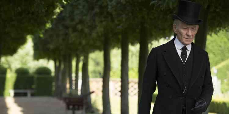 Portrait du plus célèbre des détectives imaginé par Arthur Conan Doyle, Sherlock Holmes, sous les traits d'un homme de 94 ans à qui le temps dérobe ce qu'il a de plus précieux. Le film suscite une réelle émotion, née de la familiarité avec le personnage, mais aussi de la virtuosité de son interprète, Sir Ian McKellen.