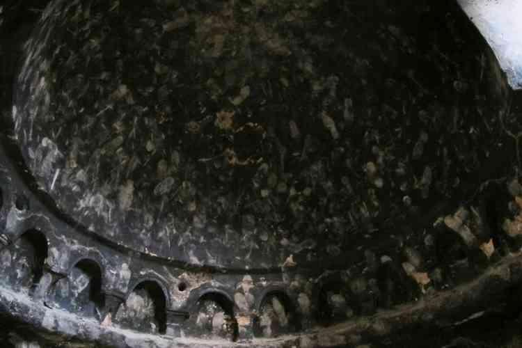 Les talibans ont mis le feu dans les grottes ornées, la cendre et les traces de fumée recouvrant peintures et bas-reliefs sculptés. Leur acharnement est allé jusqu'à écraser de l'empreinte de leurs chaussures les voûtes déjà maculées de noir de fumée, une pratique utilisée pour avilir un ennemi.