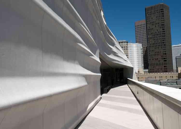 Dans les étages d'exposition, des terrasses – dont certaines accueillent des sculptures – permettent au visiteur de prendre l'air.
