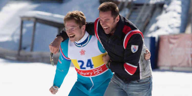 Cette fiction s'inspire – assez librement – de l'histoire vraie de Michael Edwards, qui depuis l'enfance voulait devenir « olympien », peu importait la discipline. Ayant opté tardivement pour le saut à skis, il termina double dernier aux épreuves des 70 et 90 mètres des Jeux d'hiver de 1988 à Calgary, dans l'euphorie personnelle et collective. L'interprétation de Taron Egerton, très expressif mais toujours crédible, en fait un héros inoubliable.