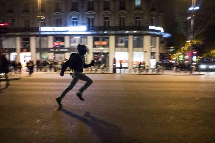 Lors des premières échauffourées de la soirée avec les forces de l'ordre. Environ un millier de personnes étaient encore rassemblées jeudi soir peu après minuit place de la République à Paris, fortement encadrées pour éviter de nouveaux débordements.