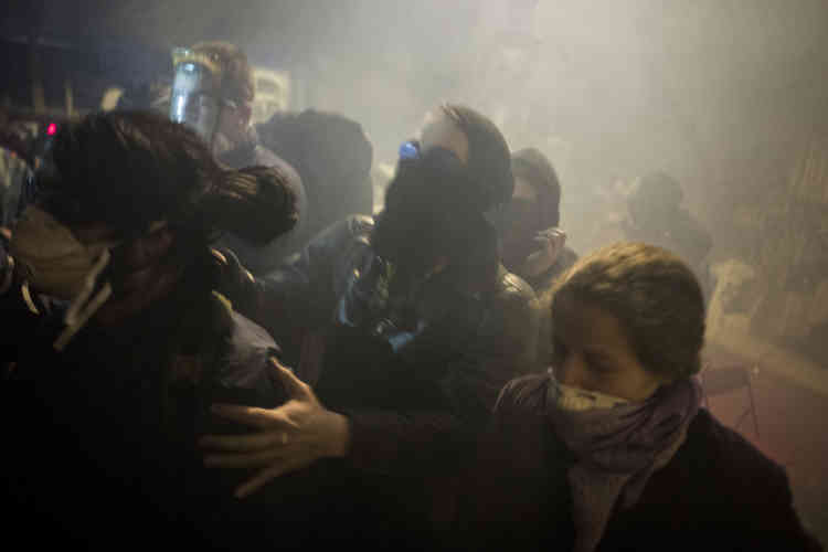 """La quantité de gaz sous le chapiteau étant devenue intenable, les manifestants de Nuit debout ont dû fuir le """"château fort"""", lieu d'échange qu'ils tenaient à occuper de manière symbolique."""
