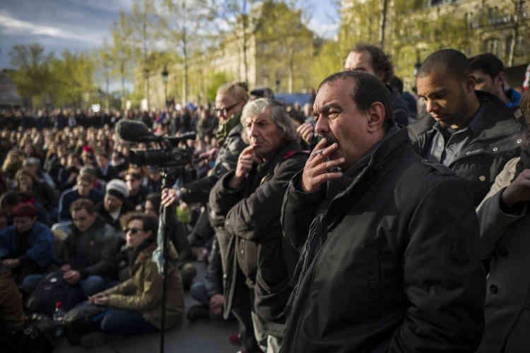 Après avoir participé à une manifestation contre la loi travail, le secrétaire général de la CGT, Philippe Martinez, écoute les discussions des participants au mouvement Nuit debout, avant de prendre la parole à son tour.