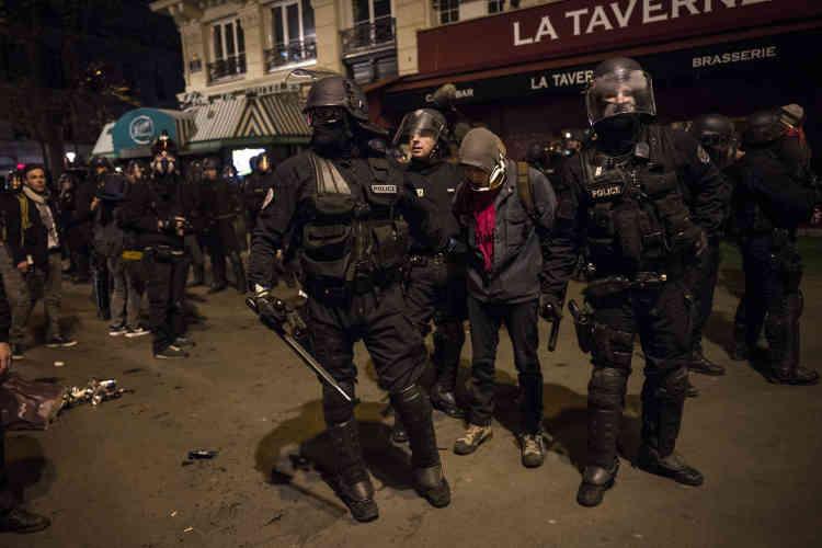 Vingt-quatre personnes ont été placées en garde à vue, à Paris, à la suite de dégradations et de violences survenues dans la nuit, selon la préfecture.