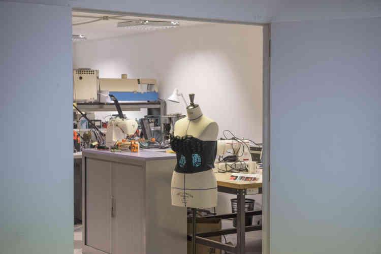 Dans l'atelier couture, une créatrice fabrique des vêtements ornée de motifs électroniques à diodes.
