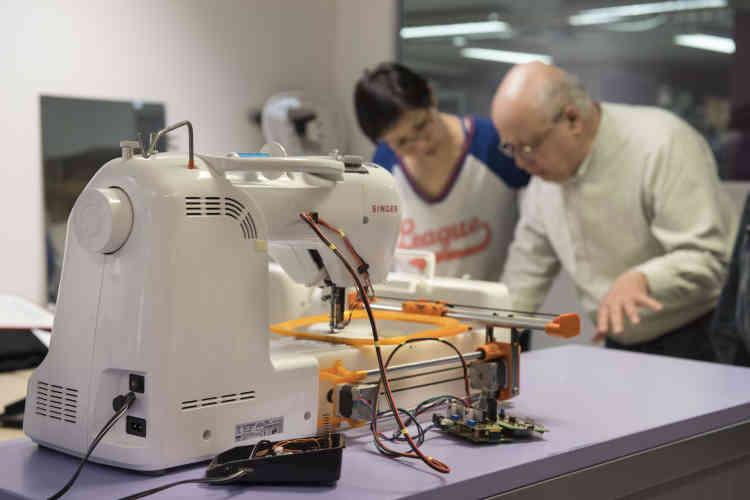 Une machine à coudre bricolée pour faire de la broderie assistée par ordinateur.