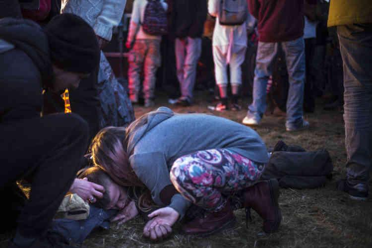 Des teknivaliers prennent en charge un teufeur qui a perdu connaissance devant une des scènes du teknival.