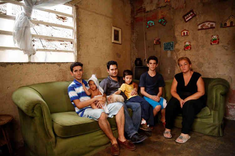 Toute la famille de Yunni Perez (à droite) est réunie dans le salon familial, à Caracas, vendredi 22 avril.