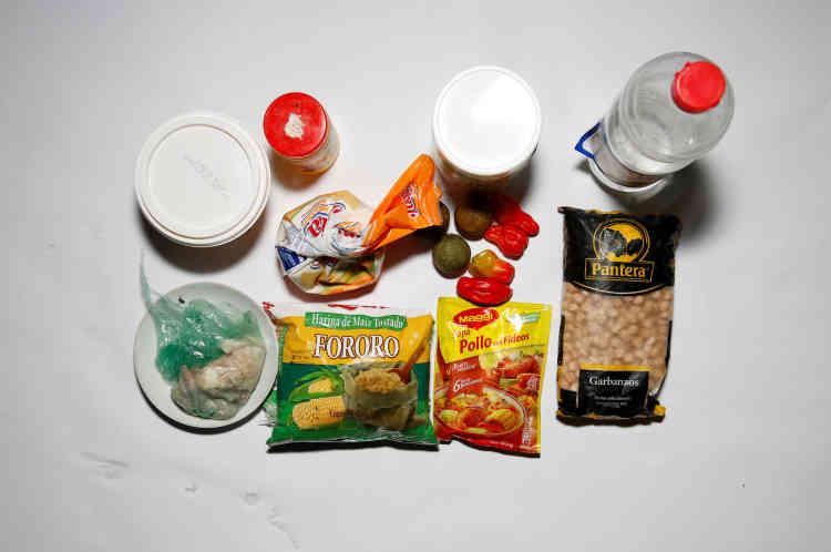 Quelques fruits,  une soupe, de la farine de maïs, de l'huile et un peu de viande composent toute la nourriture de Yunni Perez et de sa famille, à Caracas, vendredi22avril.
