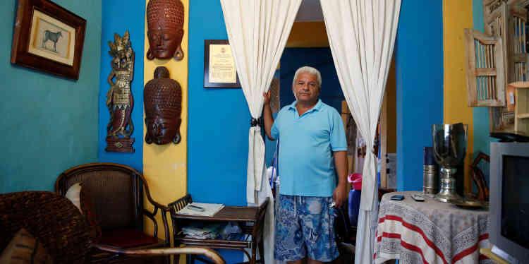 «Nous ne pouvons pas manger de manière équilibrée, explique Duglas Sanchez, qui pose à son domicile, samedi23avril. Je saute des repas. Si je dîne, je sais que je ne vais pas prendre de petit déjeuner», explique-t-il.