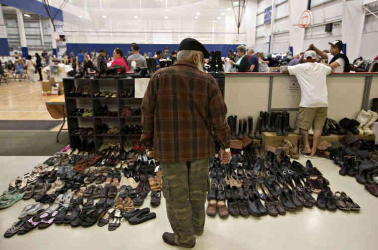 Les dons sont nombreux, qui permettent à ceux qui sont partis sans rien de retrouver de quoi se vêtir.