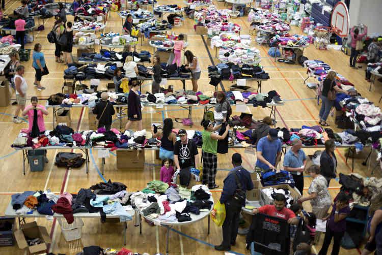 Les tables de la salle de sport débordent de vêtements, jouets, brosses à cheveux, crèmes à raser.