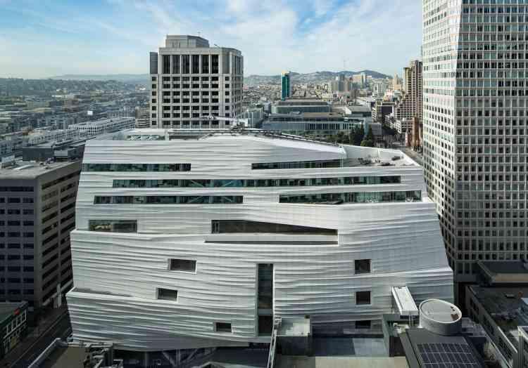 La façade, drapée de blanc, est recouverte de plusieurs centaines de panneaux en polymère renforcé de fibre de verre.