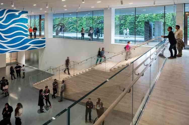 «Le matériau par excellence de ce bâtiment, c'est le verre», précise Neal Benezra, le directeur du musée.