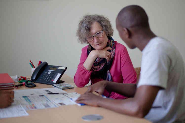Les mineurs sont reçus par des bénévoles. Ici, Moussa évoque sa situation auprès de Dominique. Il vient de Sierra Leone, ne parle pas encore français et n'a pas de téléphone. Il lui est donc difficile de nouer des contacts.