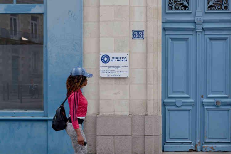 À Nantes, le quartier Madeleine Champ-de-Mars accueille plusieurs associations d'aide aux migrants. Au 33 de la rue Fouré, la délégation régionale de Médecins du monde reçoit tous les mardi après-midi les Mineurs étrangers isolés (MEI), désormais appelés Mineurs non accompagnés (MNA) à la suite de la loi du 14 mars 2016 relative à la protection de l'enfant.