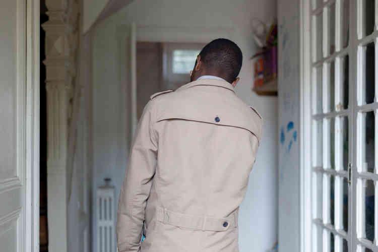 Draman vient de Guinée. Il ne vit pas à l'Eline, il est seulement venu visiter ses amis. Il habite dans le second squat de la ville, situé dans les quartiers Est, qu'il partage avec des mineurs et des majeurs.