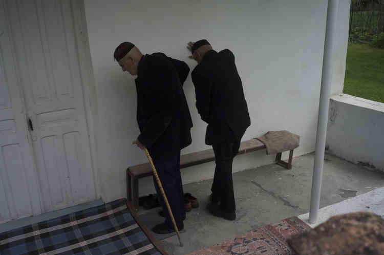 Le vendredi à l'heure de la prière à la mosquée de Duisi.