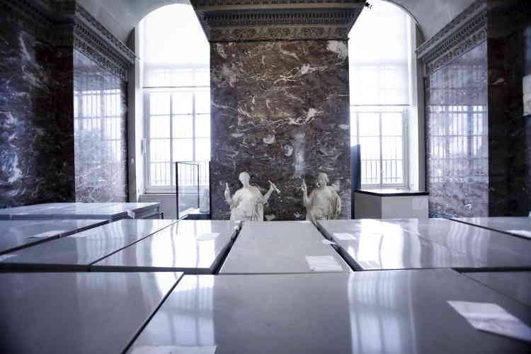 Dans le pavillon Mollien.Le Musée des arts décoratifs, qui jouxte le Louvre, a pris des mesures identiques pour mettre à l'abri ses pièces textile et de mobilier stockées dans des réserves menacées par la crue.