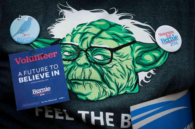 Le t-shirt d'un supporteur orné de pins au rassemblement de San Francisco, en Californie, le 6juin.