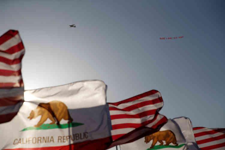 Un avion avec une banderole où est écrit : « C'est fini pour Bernie, votez Trump»,survole un rassemblement en faveur du candidat démocrate à Vallejo, en Californie, le 18mai.