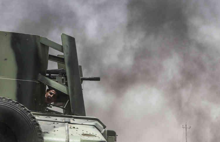 Le mitrailleur d'un Humvee blindé de la police d'Anbar.