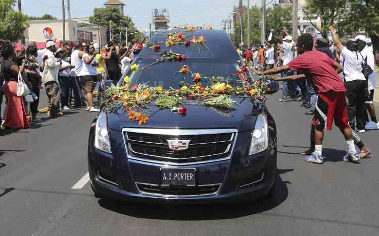 Avant de se rendre au cimetière pour l'inhumation, le cercueil du boxeur a parcouru 30 kilomètres en corbillard dans les rues de Louisville (Kentucky). Des milliers de personnes s'étaient massées sur le trajet, cherchant à rentrer une dernière fois en contact avec la légende.