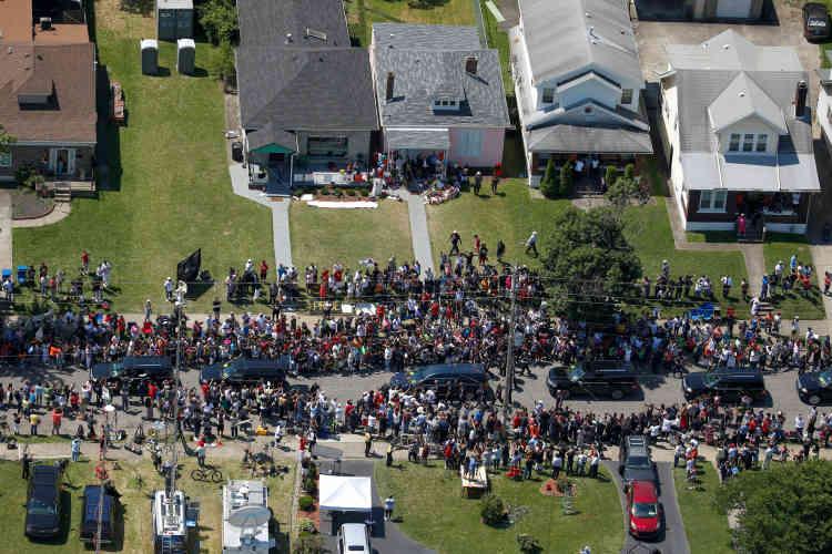 Le convoi funéraire a littéralement dû se frayer un chemin à travers la foule dans certains quartiers de Louisville. Ce fut le cas devant la maison où a grandi celui qui s'appelait alors Cassius Clay.