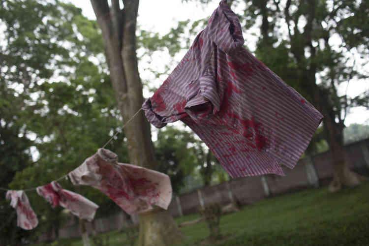 Sur le campus, des étudiants ont accroché des chemises tachées de rouge pour dénoncer l'assassinat de leur professeur.