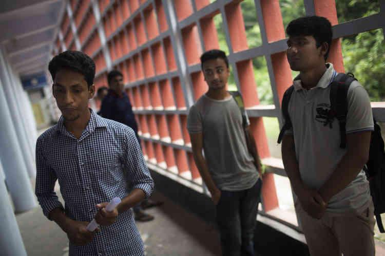Des étudiants de l'université de Rajshahi. L'ancienne directrice du département d'anglais a repris les cours avec appréhension.