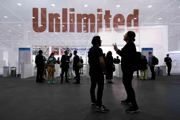 La Foire de Bâle se compose de plusieurs sections : les plus visitées sont la partie réservée aux galeries et le secteur dit «Unlimited», qui réunit des œuvres à grande échelle, destinées aux musées ou aux collections dits «exceptionnelles ».