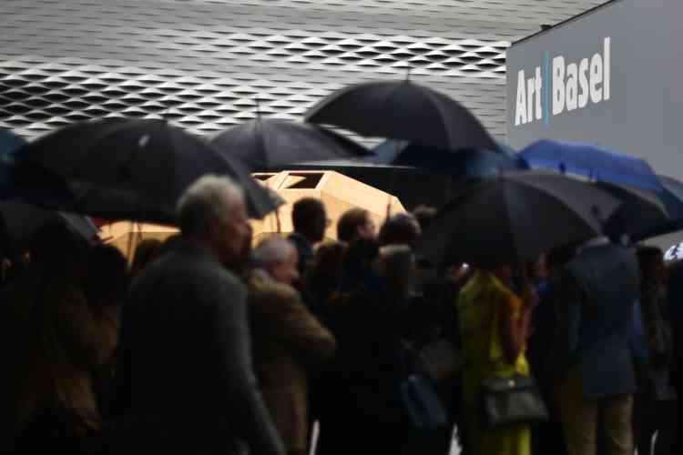 Mardi 14 juin, une longue queue se formait sous les parapluies devant la halle abritant les 286 galeries d'art présentes pour l'événement.