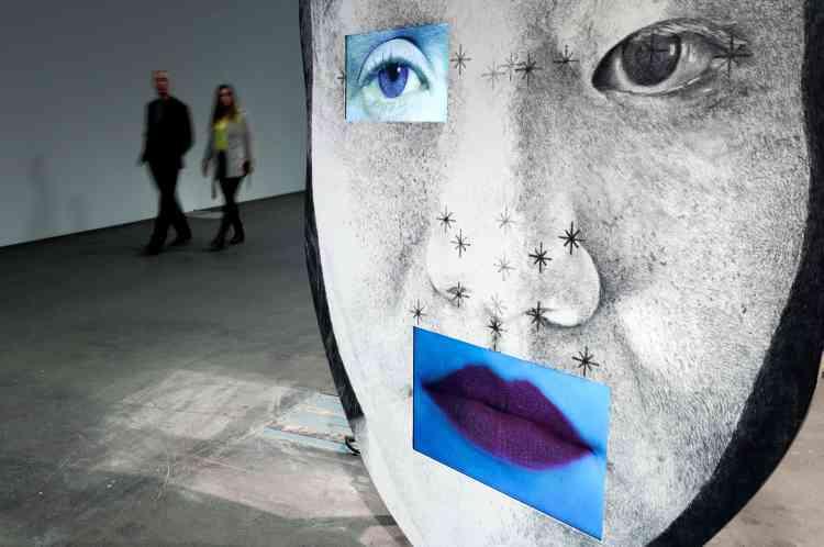 Ici, des visiteurs découvrent une œuvre de l'artiste Tony Oursler, intitulée «template/variant/friend/stranger ».