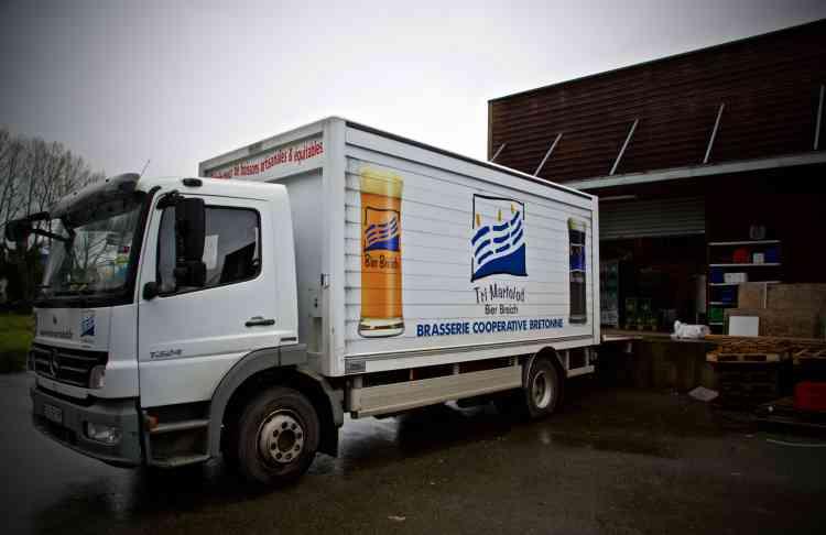 Tri Martolodlimite son circuit de distribution aux cavistes, aux bars et aux magasins de produits régionaux. La brasserie assure ainsi la distribution, et refuse de travailler avec les grandes surfaces ou les distributeurs de bières.
