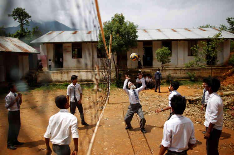 Malgré son âge, il se joint à toutes les activités scolaires, y compris le volley-ball.