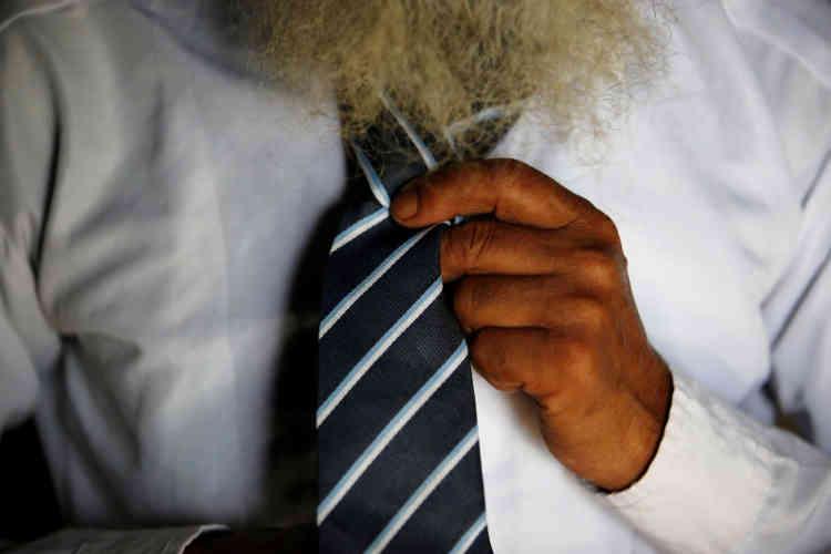 Durga Kami ajuste la cravate de son uniforme.