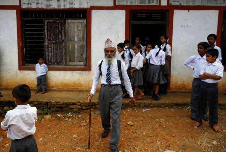 Durga Kami à la sortie de l'école.