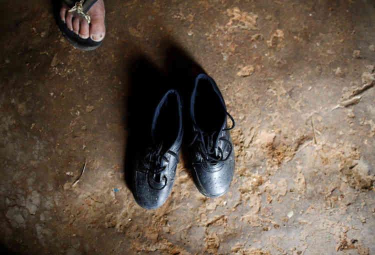 Ses chaussures juste avant le départ. Il mettra une heure avant d'arriver à l'école.