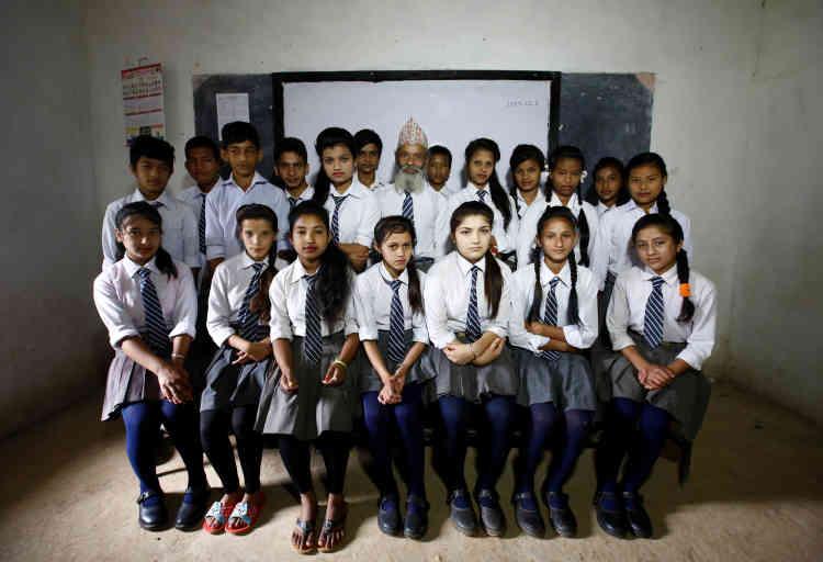 Durga Kami (au centre) pose, avec le reste de sa classe, pour une photo de groupe.