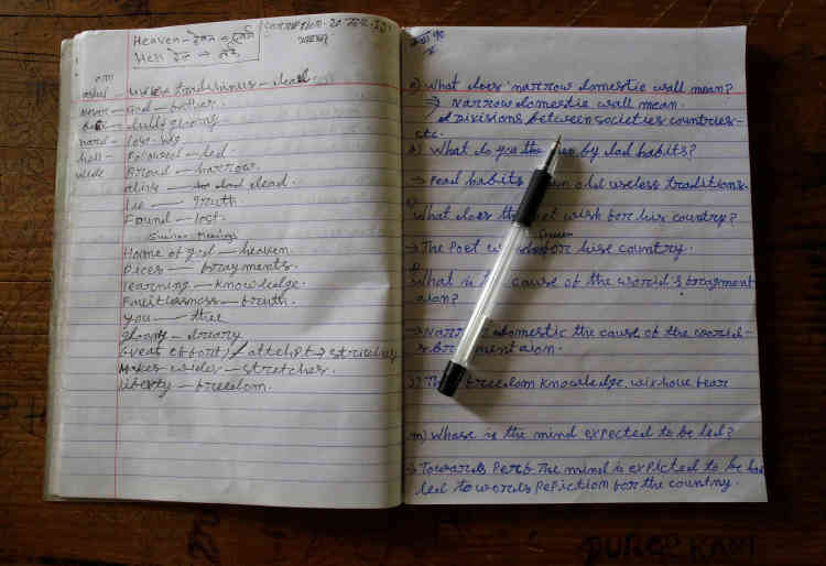 Le cahier d'anglais de Durga Kami, sur son bureau.