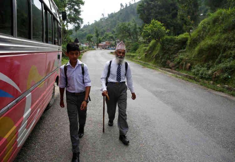 Durga Kami accompagné par son camarade de classe Sagar Thapa, 14 ans, sur le trajet de l'école.