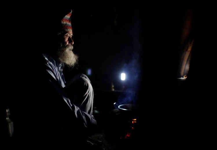 """«Je me disais : """"Pourquoi ce vieil homme veut-il venir à l'école et étudier avec nous ?"""" Mais le temps passant, je me suis mis à apprécier sa compagnie », déclare Kami Sagar Thapa, son camarade de classe de14 ans. «Il est un peu moins bon que nous, mais nous l'aidons », ajoute-t-il."""