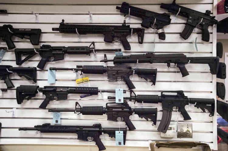 Le centre de tir de Port Sainte-Lucie et son choix d'armes automatiques. Le fusil d'assaut utilisé par Omar Mateen, un AM-15, est du même type que l'arme automatique située en bas à droite du panneau.